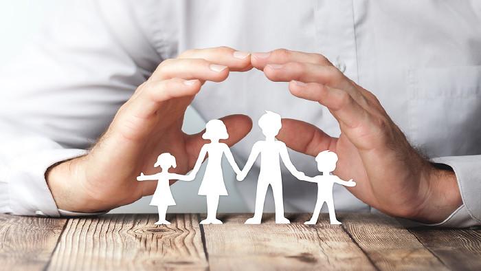Hände schützend über einer Familie © Philip Steury/stock.adobe.com