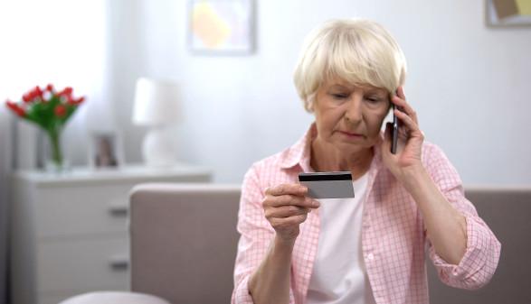 Seniorin mit Kreditkarte und Smartphone © motortion/stock.adobe.com