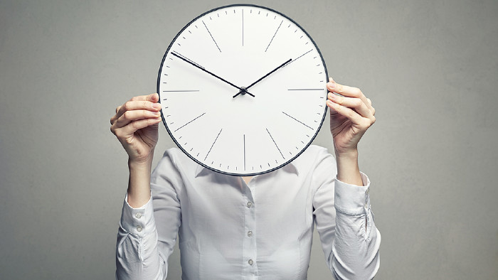 Frau mit Uhr © Alexander Borisenko/stock.adobe.com