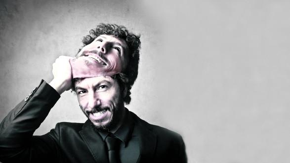 Mann zieht sich Maske vom Gesicht © olly/stock.adobe.com