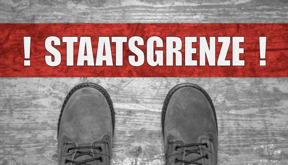 Zwei Schuhe vor einem Balken auf dem  © Jarooferpix/stock.adobe.com