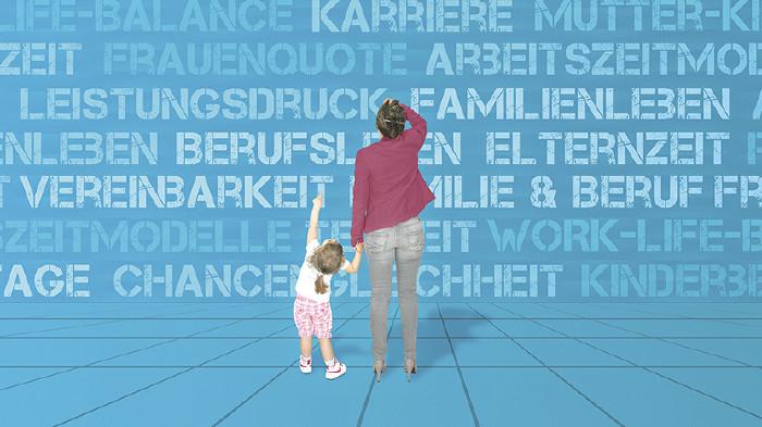 Frau mit Kind steht vor blauer Wand © pathfinder/stock.adobe.com
