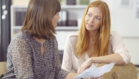 Eine Frau lässt sich beraten © contrastwerkstatt/stock.adobe.com