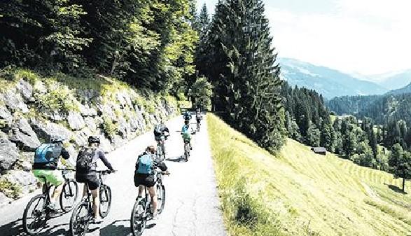 Gruppe von Mountainbikern © ErwinHaiden, adobe.stock