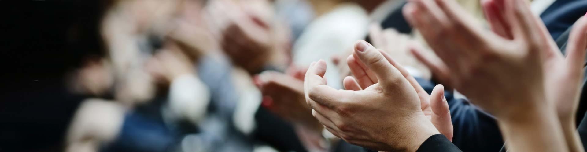 Eine Nahaufnahme von klatschenden Händen © Fotolia, Fotolia