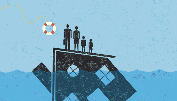 Familie auf dem Dach eines Hauses mit Rettungsring © retrostar/stock.adobe.com