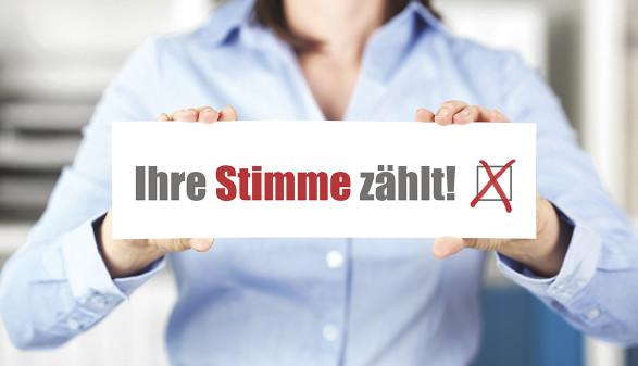 """Frau hält Schild mit """"Ihre Stimme zählt"""" © contrastwerkstatt/stock.adobe.com"""
