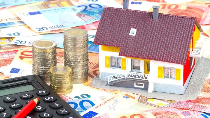 Modell eines Hauses mit Münzen und Taschenrechner © magele-pictures/stock.adobe.com