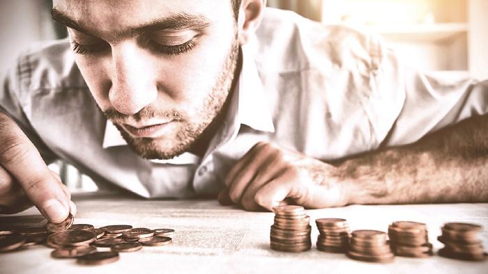 Mann beim Geld zählen © vectorfusionart/stock.adobe.com