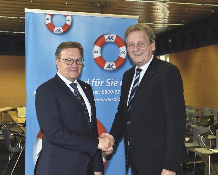 LH Günther Platter gratuliert dem wiedergewählten AK Präsidenten Erwin Zangerl © AK Tirol