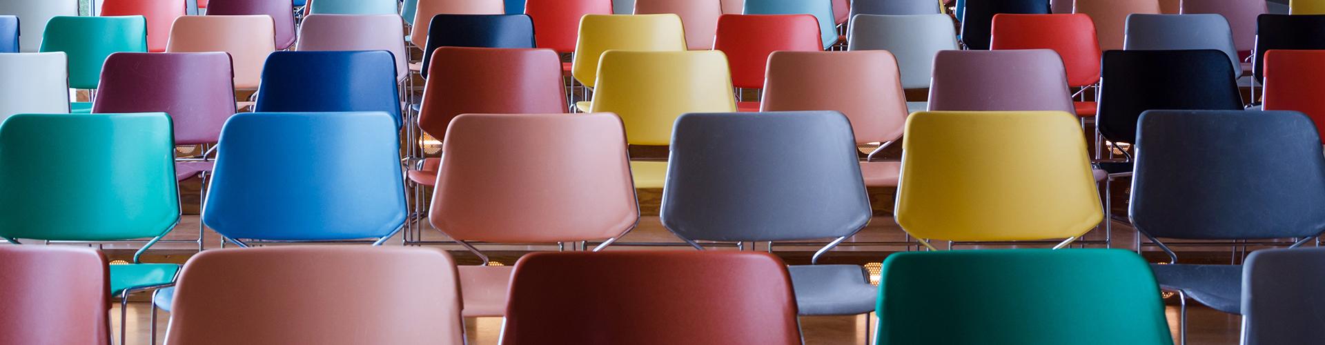 Reihen von bunten Stühlen © Siraanamwong, AdobeStock