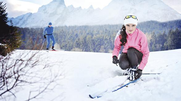 Mann und Frau beim Langlauf © Val Thoermer/stock.adobe.com