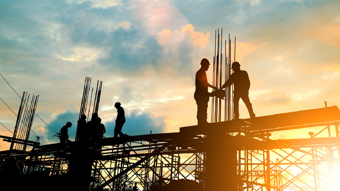 Bauarbeiter auf Gerüst © Yuttana Studio/adobe.stock.com