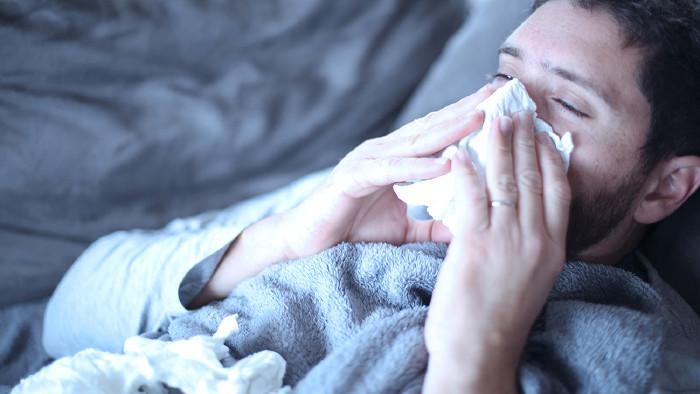 Kranker Mann liegt im Bett © Mike Fouque/stock.adobe.com