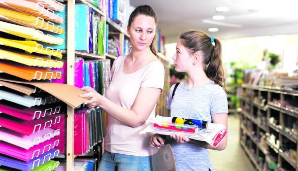 Mutter und Tochter beim Schulartikelkauf © JackF/stock.adobe.com