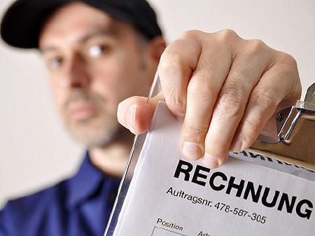 Handwerker präsentiert die Rechnung © Dan Race, stock.adobe.com