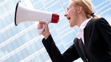 Frau mit Megaphone erhebt Ihre Stimme - AK fordert verbindliche Geschlechterquote in Aufsichtsräten! © Edyta Pawlowska, Fotolia