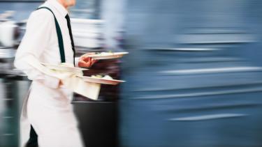 Kellner beim Servieren © Marko Novkov/stock.adobe.com
