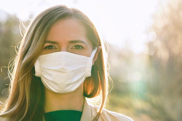 Mädchen trägt Mund-Nasen-Schutzmaske wegen Corona © Lubo Ivanko/stock.adobe.com
