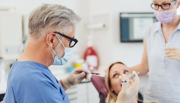 Zahnarzt behandelt Patientin © contrastwerkstatt/stock.adobe.com
