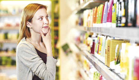 Frau vor Supermarktregal © Robert Kneschke/stock.adobe.com