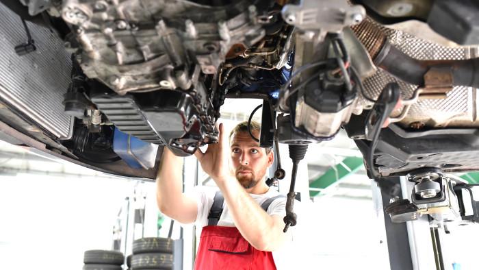 Automechaniker überprüft Zustand eines PKW © contrastwerkstatt/stock.adobe.com