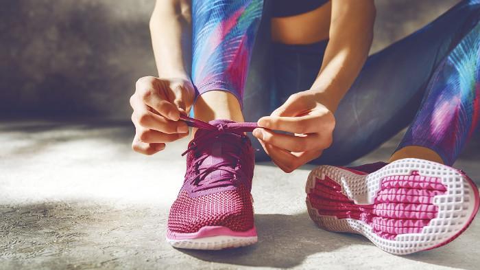 Läuferin bindet ihre Schuhe © Konstantin Yuganov/stock.adobe.com
