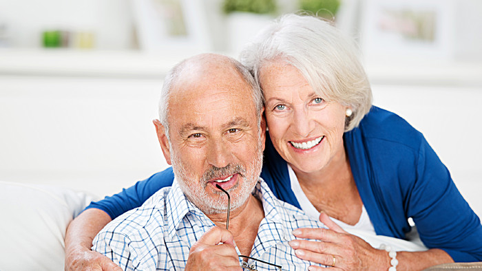 Pensionistenehepaar lächelt in die Kamera © contrastwerkstatt, stock.adobe.com