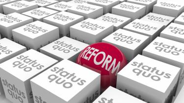 Reformball zwischen Status Quo-Würfeln © iQoncept/stock.adobe.com