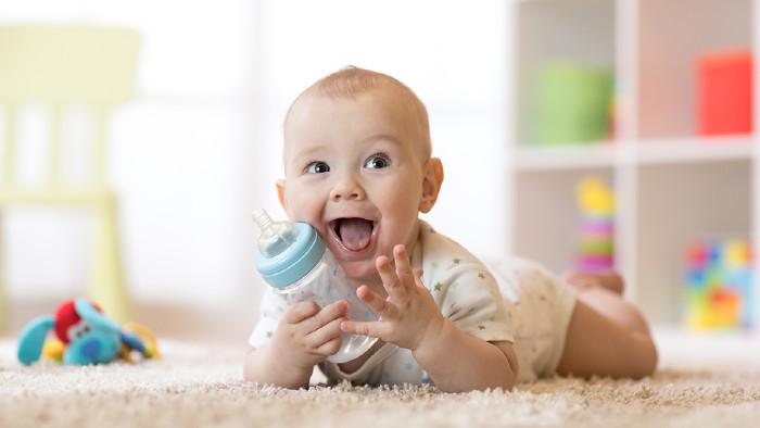 Baby mit Flasche © Oksana Kuzmina/stock.adobe.com