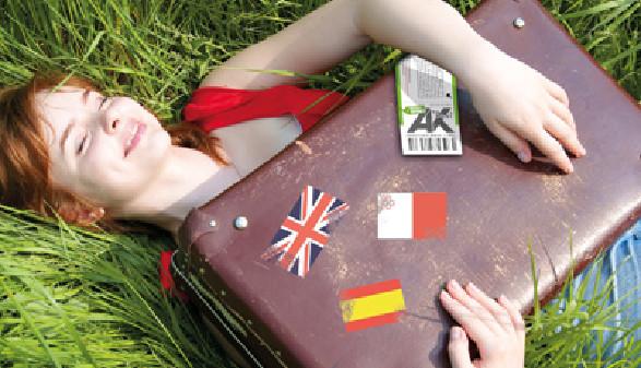 Mädchen, Wiese, Reisekoffer © C. Valery, Fotolia.com
