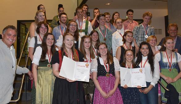 AK Präsident Zangerl mit den Lehrlingen der drei Siegerprojekte und LA Heinz Kirchmair © AK Tirol,