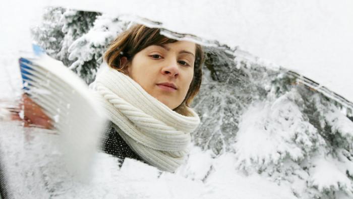 Frau kratzt Eis von der Windschutzscheibe © Anke Tomass/stock.adobe.com