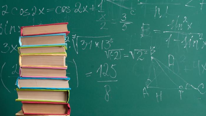 Bücherstapel vor einer Schultafel mit mathematischen Formeln © aboikis/stock.adobe.com