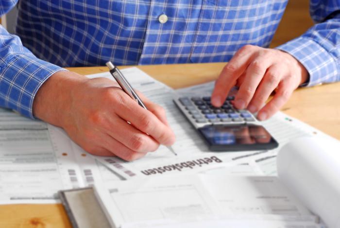 Mann prüft Betriebskostenabrechnung © Somenski/stock.adobe.com