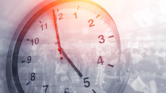 Uhr mit Menschen im Hintergrund © Korn V./stock.adobe.com
