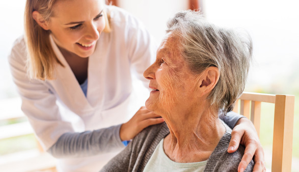 Pflegerin mit Patientin © Halfpoint/stock.adobe.com
