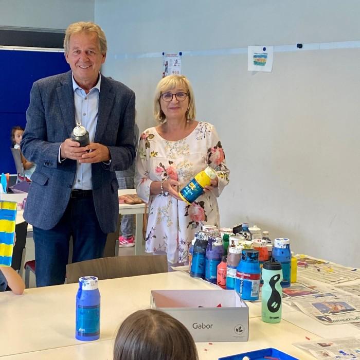 AK Präsident Erwin Zangerl und die zuständige LR Beate Palfrader überzeugten sich im bfi Tirol von der Qualität der Sommerschule Plus. © AK Tirol