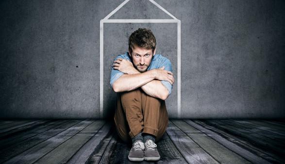 Mann sitzt am Boden © lassedesignen/stock.adobe.com