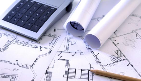 Baupläne und Taschenrechner © senai aksoy/stock.adobe.com