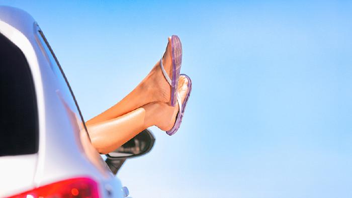 Beine hängen aus Autofenster © maridav/stock.adobe.com