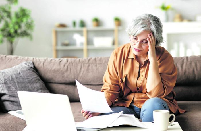 Frau schaut nachdenklich auf Unterlagen © JenkoAtaman/stock.adobe.com