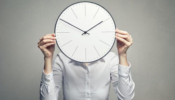 Frau hält Uhr vor Gesicht © Alexander Borisenko/stock.adobe.com