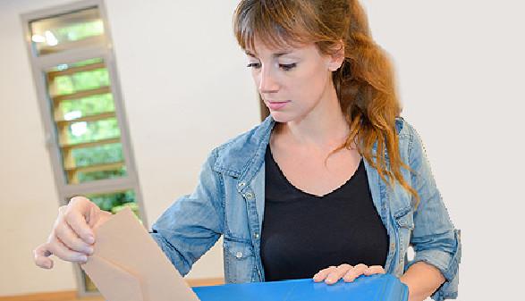 Studentin wirft Stimmkuvert in die Wahlurne © auremar, Fotolia.com