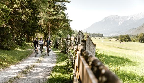 Gruppe von Radfahrern auf Waldweg © TVB Imst/Wyhlidal