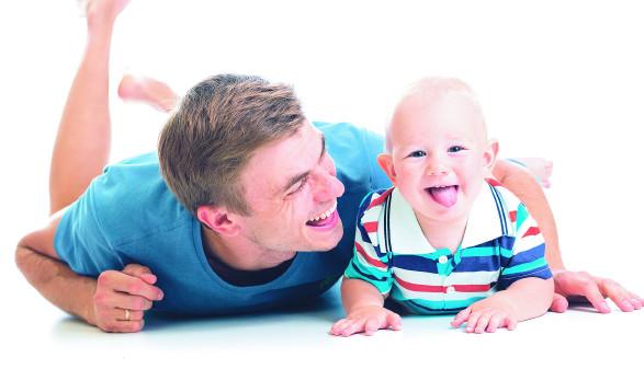 Pap mit Baby am Boden liegend © Ksana Kuzmina, Fotolia