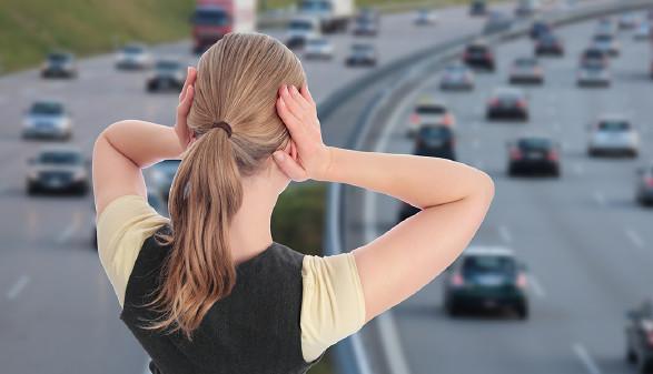 Frau vor Autobahn © RioPatuca_Images/adobe.stock.com