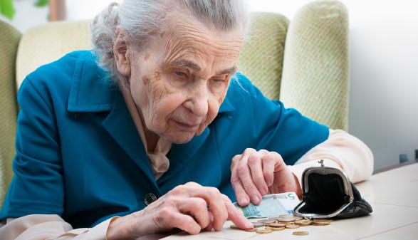 Ältere Frau zählt Geld © Alexander Raths, stock.adobe.com