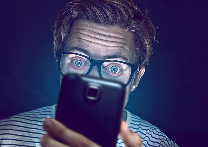Mann schaut auf Smartphone © lassedesignen/Fotolia