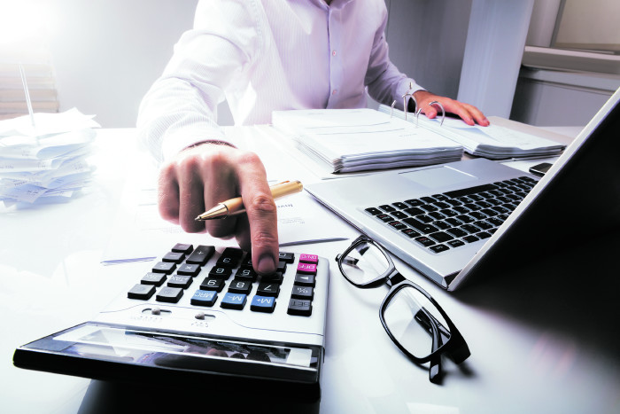 Mann arbeitet am Schreibtisch © Andrey Popov/stock.adobe.com